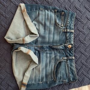 Light cuffed jean shorts